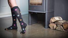 Flower-poweria jaloillesi!  Näiden värikkäillä kukilla koristeltujen tukisukkien kompressio on 15-21 mmHg, jolloin ne sopivat kaikille, jotka haluavat ennaltaehkäistä jalkojen väsymystä, suonikohjujen ja veritulppien syntymistä sekä parantaa verenkiertoa. Flower Power, Pants, Fashion, Trouser Pants, Moda, Fashion Styles, Women's Pants, Women Pants, Fashion Illustrations