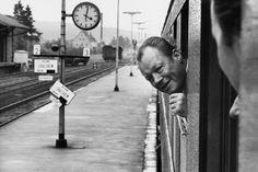 Dies ist eines der berühmtesten Bilder von Willy Brandt. Der SPD-Politiker reiste gern mit dem Sonderzug. Hier steckte er bei einem Zwischenstopp in Dombühl in Mittelfranken den Kopf aus dem Fenster, und der stern-Fotograf Robert Lebeck drückte auf den Auslöser. © Robert Lebeck/stern