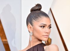Zendaya slayed the red carpet at the 2018 Academy Awards and here's how to copy her beautiful, bronze Oscar makeup look. Armani Prive, Nicole Kidman, Jennifer Lawrence, Party Makeup, Eye Makeup, Kardashian, Glam Look, Wedding Guest Looks, Smokey Eye For Brown Eyes