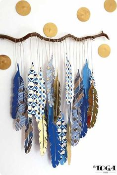Déco : Ma Branche Plumes Or de Bombay Plus We are want to say thanks if you like to share this post to another people . Diy And Crafts, Craft Projects, Crafts For Kids, Arts And Crafts, Paper Crafts, Feather Painting, Feather Art, Painting On Leaves, Stone Painting