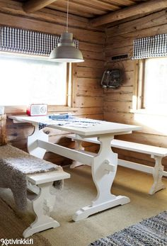 Cabin Interior Design, Summer Cabins, Red Cottage, Cabin Interiors, Cozy Cabin, Cabins In The Woods, Wooden Tables, Beach House, Dining Table