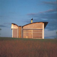 Glenn MURCUTT - Magney House - a choisi de ne construire que sur sa terre natale pour réduire son empreinte carbone, et ne dessine qu'au crayon. Situated on the southern coast of NSW, the site is a spectacular landscape between the ocean and western mountains with a nearby lake to the north.