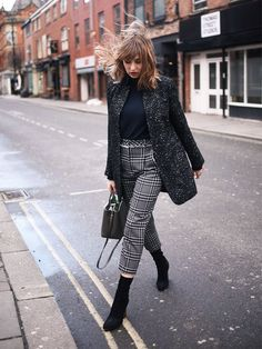 it-girl - gola-alta-calca-xadrez-bota-skinny - Sock Boots - inverno - street style Mode Outfits, Casual Outfits, Fashion Outfits, Womens Fashion, Fashion Trends, Fashion Styles, Latest Fashion, Style Fashion, Fashion Ideas