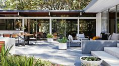 Styling by Kara Rosenlund. Photography by Alicia Taylor. Outdoor Decor, Garden Plants Design, Outdoor Rooms, House Exterior, Modern Patio, Architectural Inspiration, Entertaining Area, Modern Landscaping, Outdoor Design