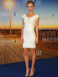 Kate Bosworth: clases de estilo. Con un minivestido adornado con perlas de Chanel y peep toe de Louboutin