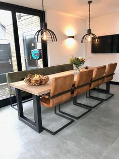 Stoere eetkamer met eetkamertafel, -bank en -stoelen van Table du Sud #stoerwonen #industrieel #tabledusud #LampEettafel