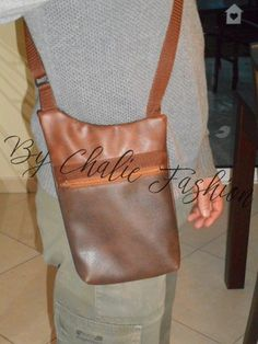 Sacoche pour homme, en simili cuir marron et brun, aspect vieilli, bandoulière réglable.....Format parfait pour y mettre le portefeuille, le smartphone, ainsi que les clés, pour - 19377626