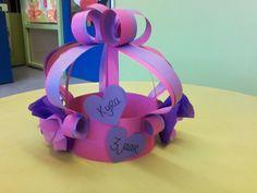 Verjaardagskroon: prinsessen kroon hoed Diy Crown, Bottle Cap Crafts, Types Of Craft, Birthday Board, Art Classroom, Preschool Activities, Crafts For Kids, Happy Birthday, Innovation