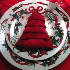 pretty napkin fold - 35 Beautiful Examples of Napkin Folding A nice table setting doesn't necessarily mean expensive tableware or the finest table linens. You can DIY napkin folding for different themes or purposes. Christmas Tree Napkin Fold, Noel Christmas, All Things Christmas, Winter Christmas, Christmas Crafts, Christmas Place, Christmas China, Christmas Napkins, Lenox Christmas