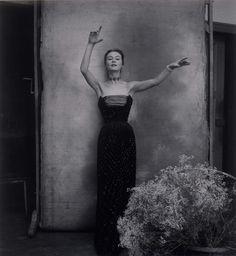 Exposição do Museu Christian Dior mostra fotografias históricas que construíram sucesso da grife. Vestido Turquie da coleção Alta-Costura Inverno 1951.