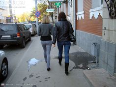 Moscow photos. How to Dress up the girl in October. What to wear in the fall. Jeans and a leather jacket. Black suede boots. Street Fashion, October 2010. Autumn Street fashion in Russia. odigif@gmail.com photo.