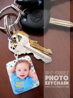 DIY photo keychain, mother's day for grandmas & greats Diy Gifts For Dad, Homemade Gifts, Cute Gifts, Picture Keychain, Diy Keychain, Keychains, Keychain Ideas, Leather Keychain, Photo Keyrings