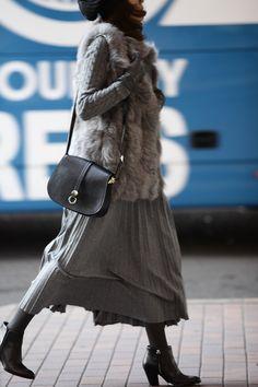 今着たいグレートーンのスカートスタイル1 Street Look, Autumn Street Style, Japan Fashion, Daily Fashion, Winter Wear, Autumn Winter Fashion, Simple Outfits, Fall Outfits, White Style