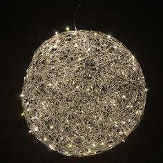 Lámpara de pie DRAHT bola 80cm LED aluminio - Lámpara de pie con un hermoso diseño en alambre de aluminio trenzado. Los LED brillan a través del alambre produciendo un efecto de iluminación muy especial. Esta lámpara es adecuada tanto para interiores como para exteriores. Viene con un cable de 450 cm de largo y enchufe, esta lámpara es ideal para colgarla.