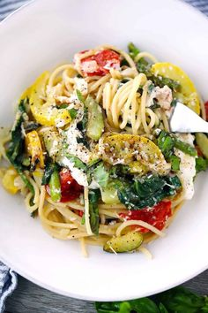 Spaghetti with Burrata and Veggies Creamy, decadent burrata cheese melts into every bite of this eas Tortellini, Penne, Rigatoni, Pastas Recipes, Real Food Recipes, Vegetarian Recipes, Healthy Recipes, Gnocchi Recipes, Healthy Food