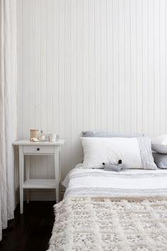 Decoración blanca y sencilla en un pequeño apartamento de playa   Ministry of Deco
