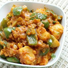 This aloo capsicum curry recipe makes North Indian style potato and capsicum curry with spicy thick gravy. Learn how to make it using simple Indian curry spices with this easy recipe. Capsicum Curry Recipe, Capsicum Recipes, Veg Recipes, Curry Recipes, Potato Recipes, Indian Food Recipes, Vegetarian Recipes, Cooking Recipes, Methi Recipes