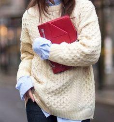 Gros pull torsadé beige + chemise d'homme = le bon combo look à copier >> http://www.taaora.fr/blog/post/idee-tenue-pull-irlandais-beige-chemise-bleu-clair-superposition #outfit #style