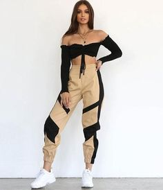 Zara Cargo Pants We're are totally crushin' on the Zara High Waist Cargo Pants featuring an oversized boyfriend style fit, High waist and a beautiful shade. Khaki Oversized Model Wears Size M. Cargo Pants Outfit, Cargo Pants Women, Sweatpants Outfit, Pants For Women, Sport Pants, Casual Pants, Mode Outfits, Dance Outfits, Trendy Outfits