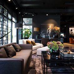 Et glimt fra en nyombygget Slettvoll-butikk i Stavanger. Marble Interior, Black Interior Design, Contemporary Interior, My Living Room, Home And Living, Living Room Decor, Japanese Interior, Amazing Decor, Dark Interiors