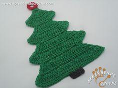 Enfeite de Porta Crochê Pinheiro de Natal - Receita de Croche com o Passo a Passo no Link http://www.aprendendocroche.com/receitas-de-croche/video-aula.asp?resid=1256&tree=10