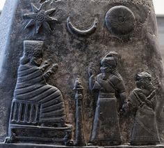 Kudurru (estela) del rey Melishipak I.  Data del Período Cassita, y fue llevado a Susa como botín de guerra en el siglo XII a. C. Agarrando su brazo, el rey presenta a su hija a la diosa Nannaya.