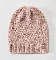 Beanie heißt Bohne und ist die Mütze der Saison. Diese Sommermütze aus Baumwolle und Seide stricken wir uns für laue Sommerabende.