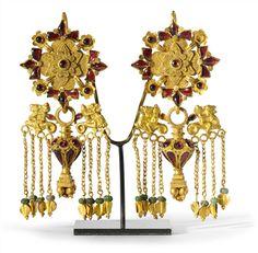 A PAIR OF BACTRIAN GOLD, GARNET AND GLASS EARRINGS CIRCA 1ST CENTURY A.D