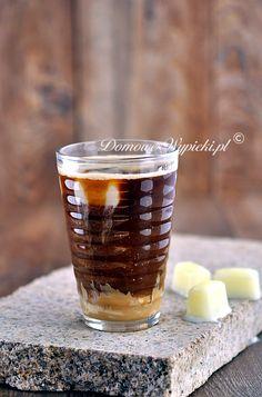Kawa mrożona z kostkami mlecznymi