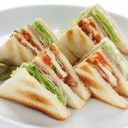 Sandwich met aardbeien en kip