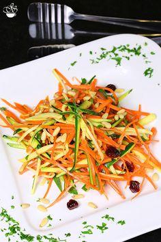 Легкий и быстрый салат, в котором морковь и цукини прекрасно дополняют друг друга, а кисло-сладкая заправка придает овощам более яркий вкус. Салат выглядит по…