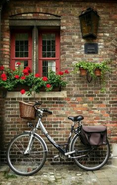 Bicycle in Bruges, Belgium Deco Restaurant, Belle Villa, Bicycle Art, Bicycle Basket, Vintage Bicycles, Belle Photo, Windows And Doors, Beautiful Places, Around The Worlds