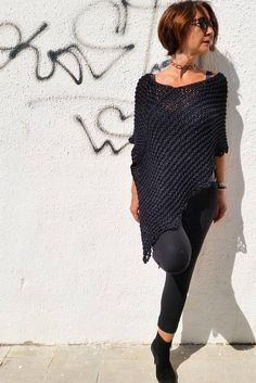 This knitted black poncho is the perfect article to warm and to adorn. You can use it as a chunky cowl (photo or to leave it you to fall down on the shoulders and you will have two articles in one, Poncho Pullover, Alpaca Poncho, Wool Poncho, Poncho Sweater, Knitted Capelet, Crochet Poncho, Winter Trends, Boiled Wool Fabric, Rustic Outfits