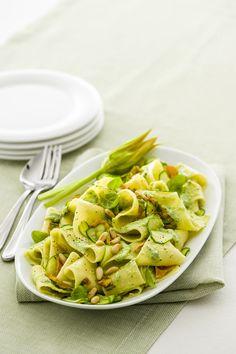 Pappardelle con zucchine e burrata: un primo vegetariano facile e veloce da preparare (ti bastano 30 minuti) capace di conquistare i palati più esigenti.