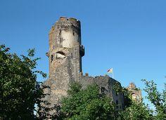 Le château de Tournoël  Le château fort de Tournoël fait partie de la commune de Volvic (Puy-de-Dôme). Une place forte très ancienne comme en témoignent des documents officiels des Xe et XIe siècles qui citent les seigneurs de Tournoël, dont l'orthographe du nom a varié selon les époques. http://www.auvergne.fr/article/chateau-tournoel