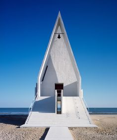 Architecture Modern design : seashore chapel by vector architects Architecture Cool, Sacred Architecture, Religious Architecture, Contemporary Architecture, Architecture Religieuse, Modern Church, Church Design, Grand Staircase, Chapelle