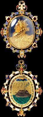 """Conhecido como """"A Joia da Armada"""", este medalhão é típico da Renascença. O trabalho esmaltado e reprodução de cenas e miniaturas remetem ao classicismo. Victoria and Albert Museum"""