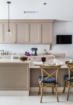 Um dos ambientes preferidos dos moradores, a cozinha, tem uma pegada provençal e se baseia em tons delicados, que promovem a calma. O destaque vai para os armários Ornare e para as cadeiras (à dir.) fornecidas pela norte-americana Restoration Hardware
