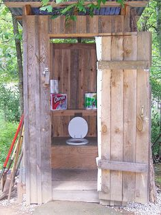toilet idea for outhouse theme bathroom Outside Toilet, Outdoor Toilet, Outdoor Baths, Building An Outhouse, Building A Cabin, Yurt Living, Outdoor Living, Rustic Outdoor, Outdoor Seating