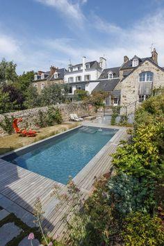 L'esprit familial par l'esprit piscine - 9 x 4 m Revêtement gris foncé Escaliers face à face Margelles en granit Plages en bois et granit