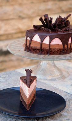 Csurgatott csoki-eper mousse torta recept csokiszivarkákkal Sweet Recipes, Cake Recipes, Birtday Cake, Hungarian Recipes, Dessert Decoration, Mousse Cake, Chocolate Ice Cream, Mini Desserts, Cakes And More