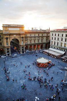 フィレンツェのレプッブリカ広場(共和国広場)。中央にはメリーゴーランドがあります。