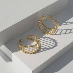 With our Silver hoop earring you need look no further. Antique Jewellery Designs, Gold Ring Designs, Gold Bangles Design, Gold Jewellery Design, Real Gold Jewelry, Gold Jewelry Simple, Jewelry Design Earrings, Gold Earrings Designs, Gold Mangalsutra Designs