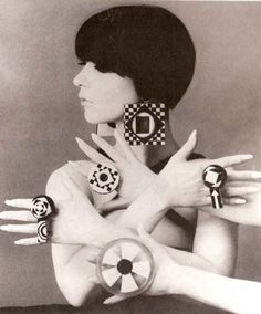 Retro Fashion mod jewellery - Peggy Moffitt or another model imitating her - 60s Fashion Trends, 60s And 70s Fashion, Mod Fashion, Editorial Fashion, Vintage Fashion, Fashion 2017, Trendy Fashion, Fashion Brands, Look Retro