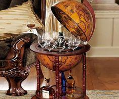 """Dale un toque de sofisticación a su casa mediante el almacenamiento de sus bebidas dentro de este bar globo siglo XVI. El vaciado interior de esta bola de diámetro 22 """"viene pintado a mano con preciosos frescos, mientras que las pantallas exteriores de un antiguo mapa náutica del siglo 16."""