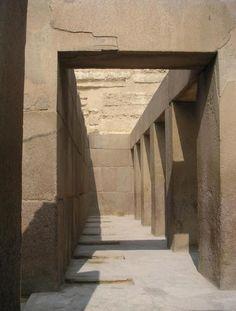 Pilares de granito del templo de Kefrén en Egipto (el granito es más bien duro, incluso para las máquinas de hoy en día); vease el perfecto corte. Leer más: http://el-libertario.webnode.es/piedras-ciclopeas/
