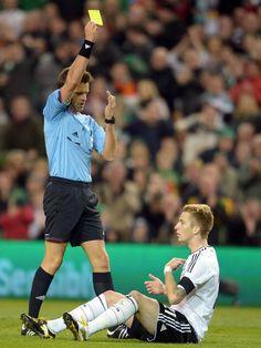 Statt eines Elfmeters bekommt Marco Reus von Schiedsrichter Nicola Rizzoli im WM-Qualifikationsspiel gegen Irland die gelbe Karte zugesprochen. (Foto: Federico Gambarini/dpa)