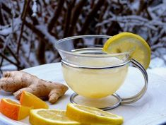 Need a Ginger tea for weight loss? How Can Ginger Tea Help You Lose Weight Naturally? Making ginger tea for weight loss is simple.The benefits of ginger tea Homemade Colon Cleanse, Homemade Detox, Weight Loss Water, Weight Loss Drinks, Jus Detox, Detox Bad, Ginger Benefits, Health Benefits, Health Tips