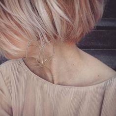 """Polubienia: 520, komentarze: 8 – W.KRUK (@wkruk1840) na Instagramie: """"Różowe włosy i spektakularne srebrne kolczyki pokryte złotem. Kolekcja Bali z motywem kwiatu lotosu…"""""""