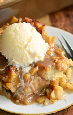 Comforting bread pudding made with apple pie filling. S… Apple Pie Bread Pudding. Comforting bread pudding made with apple pie filling. Serve it hot and with some vanilla ice cream on top for the ultimate taste experience. Köstliche Desserts, Apple Desserts, Apple Recipes, Sweet Recipes, Dessert Recipes, Delicious Desserts, Desserts With Apples, Easy Recipes, Bread Pudding With Apples